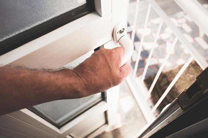 Zloděj často cílí na vchodové dveře, proto nezapomínejte ani na ně