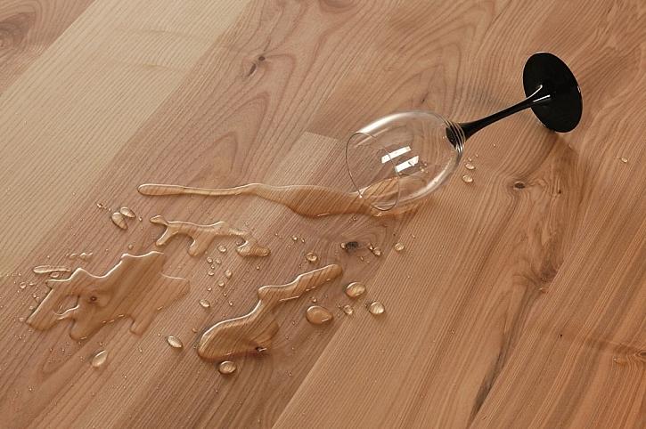 Jasanová podlaha FeelWood je velmi příjemná do dotyk, vypadá velmi moderně a příjemně voní