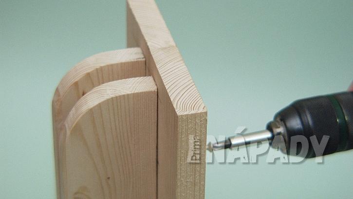 Jak vyrobit poličku na zábradlí: předvrtáme otvory pro vruty