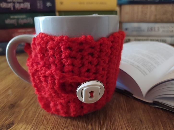 Pletený obal na hrnek (Zdroj: Adriana Dosedělová)