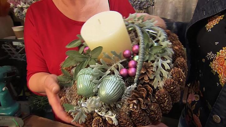 Vánoční svícen v přírodních barvách s nádechem zelené a růžové (Zdroj: Prima DOMA)