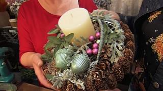 Vánoční svícen v přírodních barvách s nádechem zelené a růžové