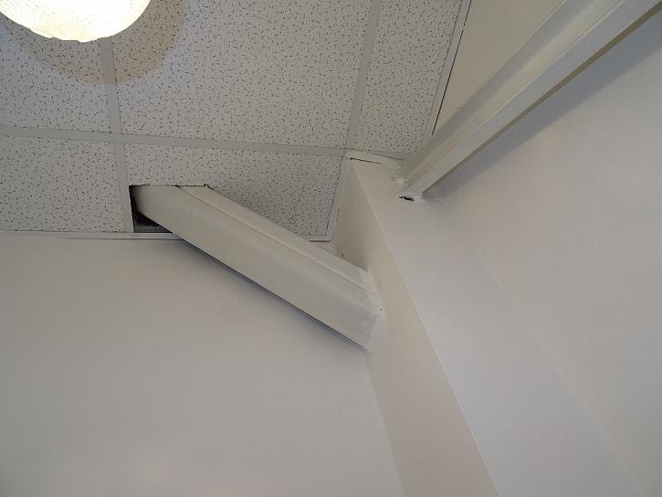 Pod stropem na jedné z toalet