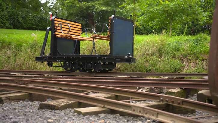 Kutil si vyrobil vychytaný domácí vlak na kolejích