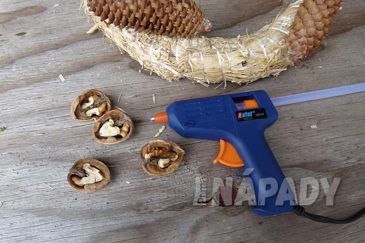 Věnec s ořechy jako krmítko pro ptáky: vlašské ořechy