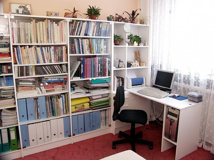 Pracujete z domu? Pořiďte si do pracovny kvalitní kancelářskou židli a pracovní stůl, aby vás nebolela záda