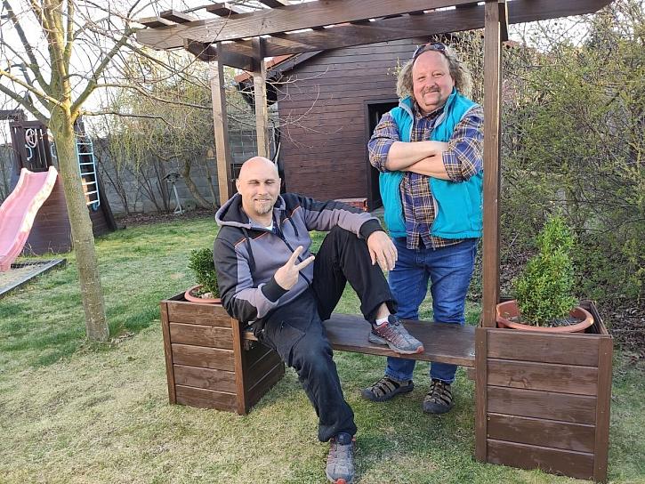 Zahradní loubí s lavičkou a truhlíky (Zdroj: PRIMA Doma Media)