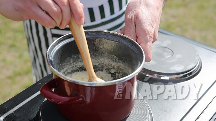 Domácí mátový likér: uvaříme hustý cukerný roztok