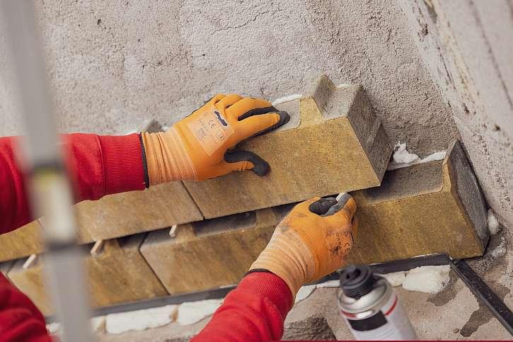 Upevnění dlaždic na stěnu