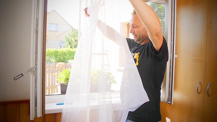 Minutový manžel instaluje síť do okna proti hmyzu