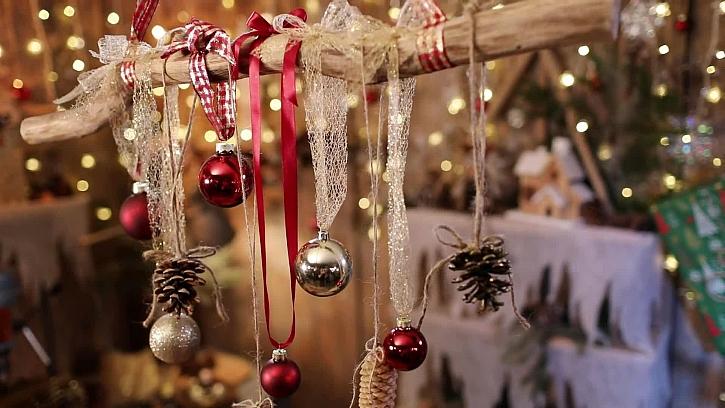 Vánoční dekorativní větev k zavěšení nad stůl je dekorací vyrobenou na poslední chvíli