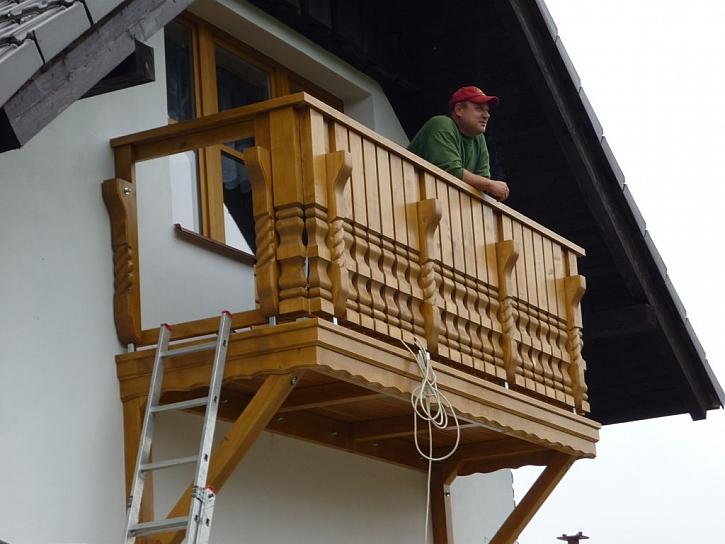 Montáž balkonu s vyřezávanými sloupky