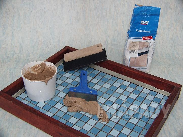 Tác s mozaikou: rozděláme spárovací hmotu