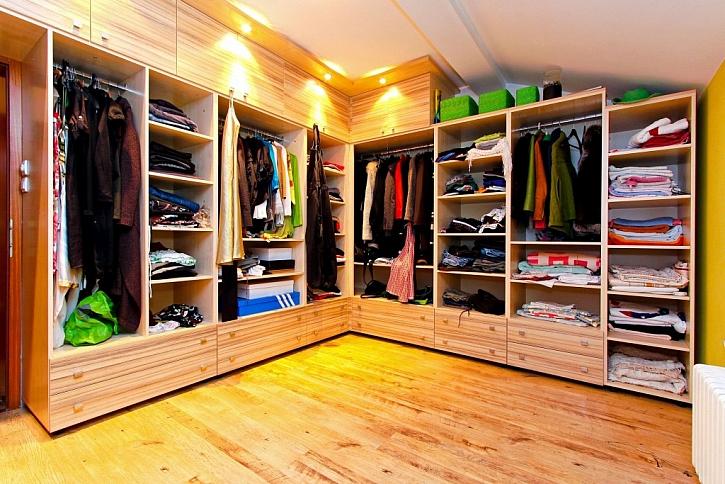 Uložení sezonního oblečení na zimu a úklid šatny: jak ušetřit co nejvíce prostor?