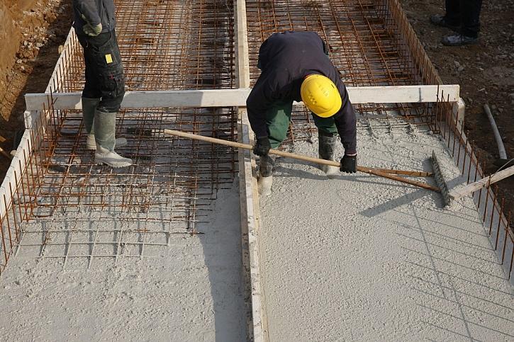 Vylévání základové desky nemusí být součástí hrubé stavby