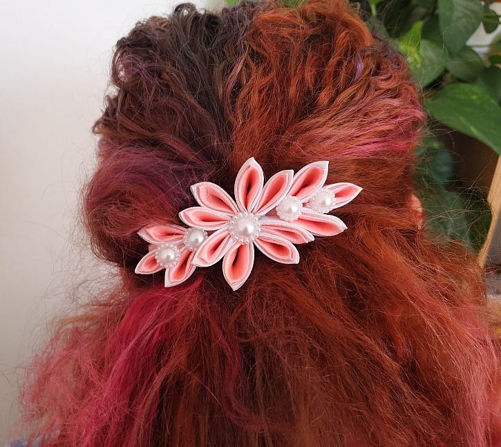 Z látkové květiny kanzashi si můžete vyrobit ozdobnou sponu do vlasů (Zdroj: Pavlína Wagnerová Málková)