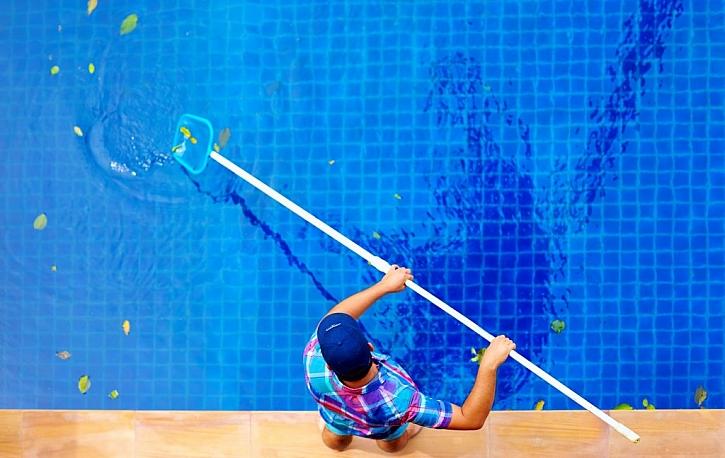 Péče o bazén před zimou: úklid, odstavení filtrace a údržba