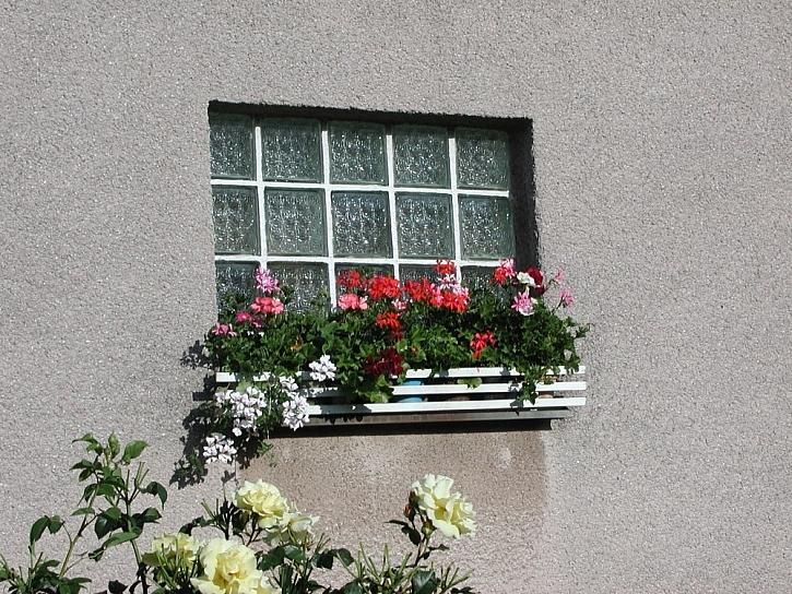 Truhlíky se záplavou kvetoucích letniček