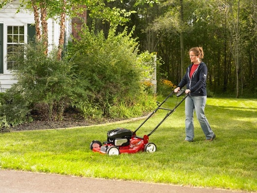 Jak na údržbu trávníku v horkém létě?