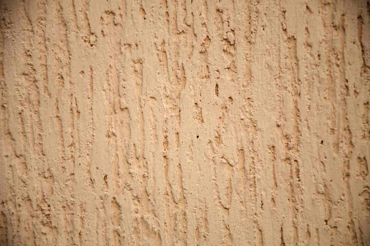 Nátěr fládrovací barvou vytvoří povrch podobný textuře dřeva nebo kůry