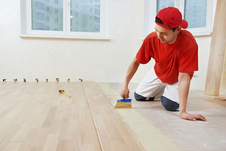 Dřevěné podlahy se doporučují přilepit