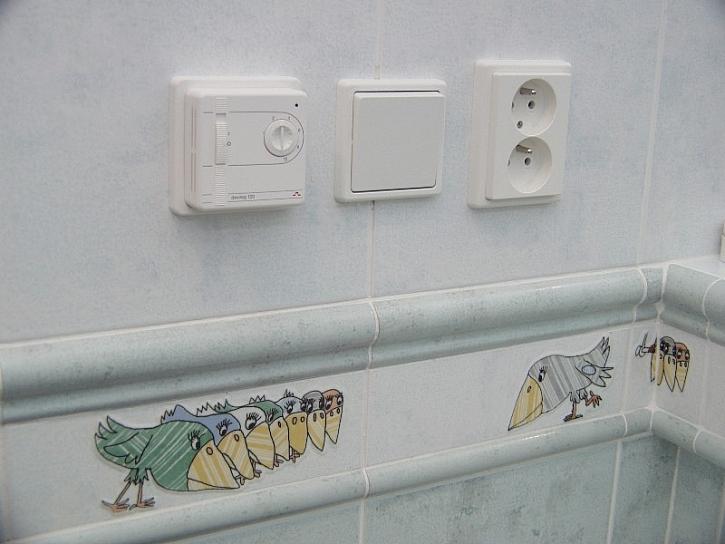 Termostat i vypínače precizně zabudované do obkladu