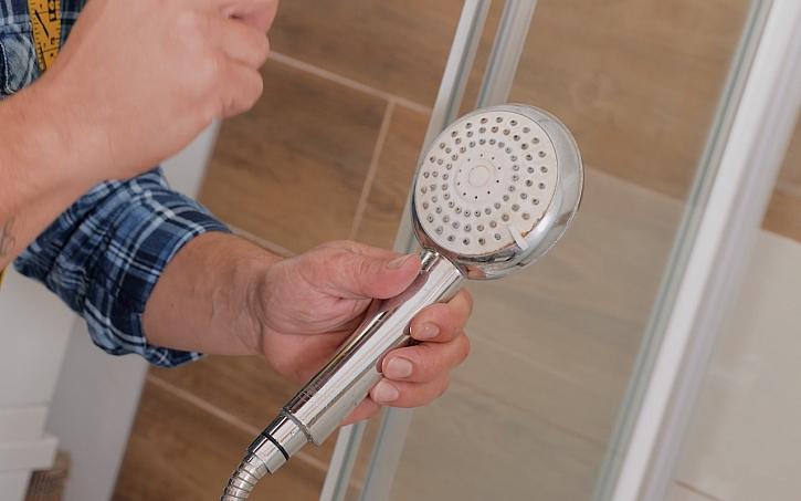 Vyčištění ucpaných trysek sprchové hlavice