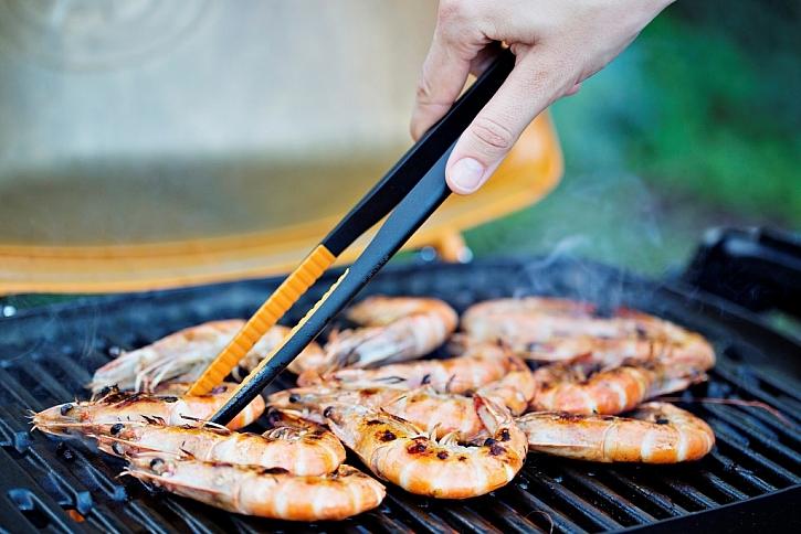 Kuchyňské kleště Fiskars vám poskytnou jistý úchop a flexibilitu při grilování