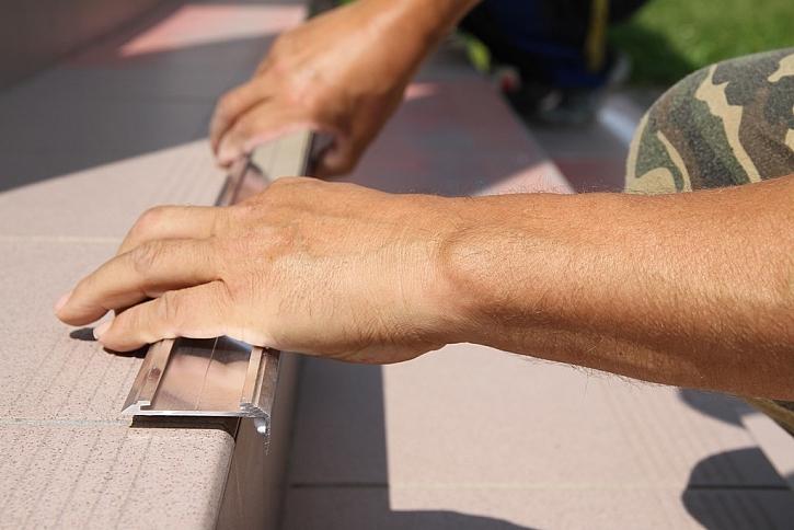 Připevnění protiskluzových lišt pomocí lepidla Fix All Turbo
