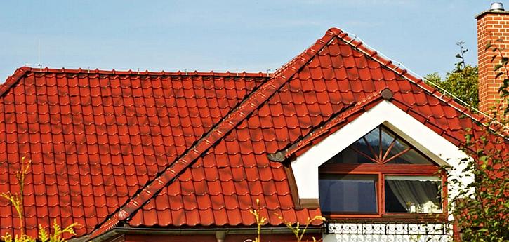 Střešní krytina Samba 11 je vhodná pro nižší sklon střech. Povrchová úprava na obrázku zvyšuje nejen atraktivitu výsledného vzhledu, ale také odolnost tašky proti usazování nečistot.