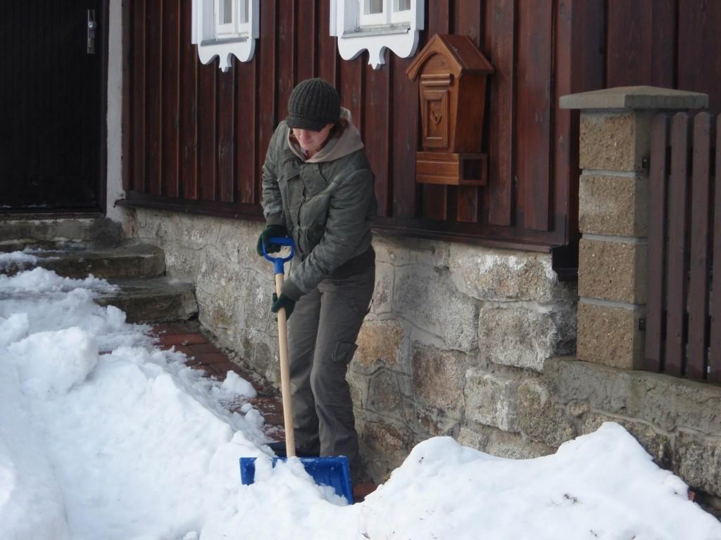 Odklízení sněhu pomocí stroje může být zábavou
