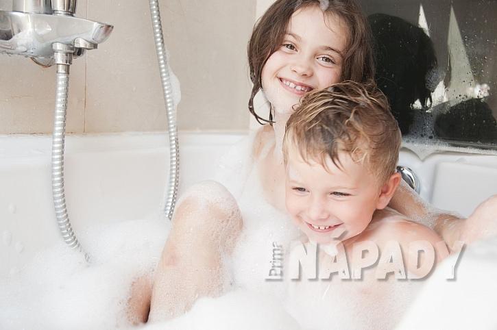Bratr a sestra při koupeli s pěnou