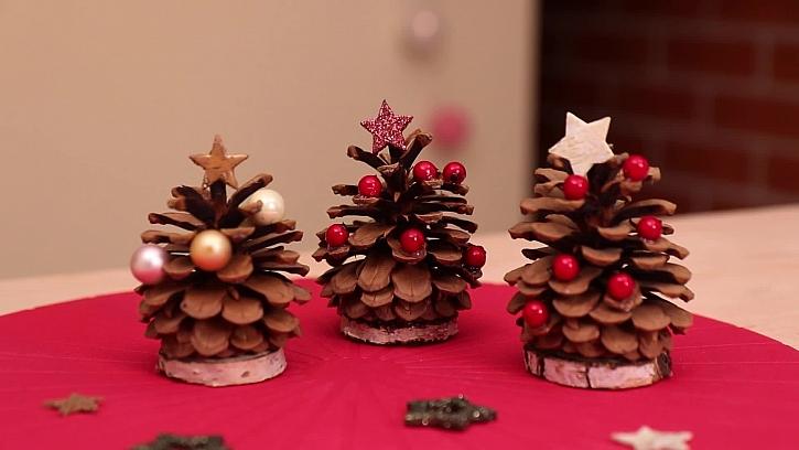Vánoční šiškové stromečky budou krásnou a přírodní dekorací (Zdroj: PRIMA DOMA)