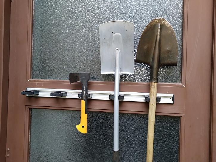 Po očištění ukliďte nářadí na přijatelné místo, kde se nepoškodí