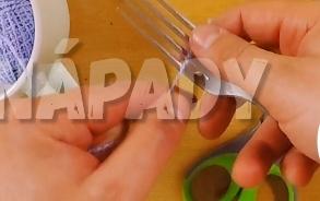 Sedák z barevných vlněných bambulek. vytvořte bambulky