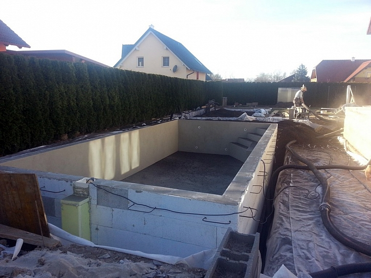 Zahradní bazény mohou být různé, ale izolace jedna – Liapor