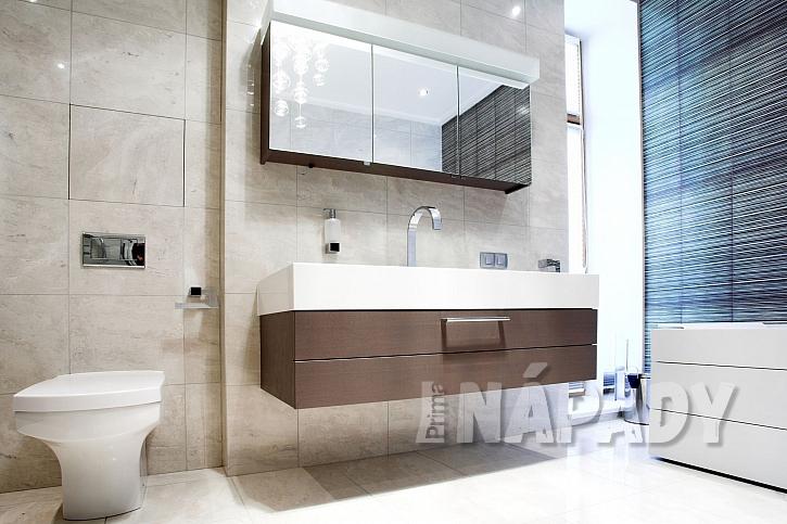 Zrcadlová skříňka v koupelně v přírodních tónech