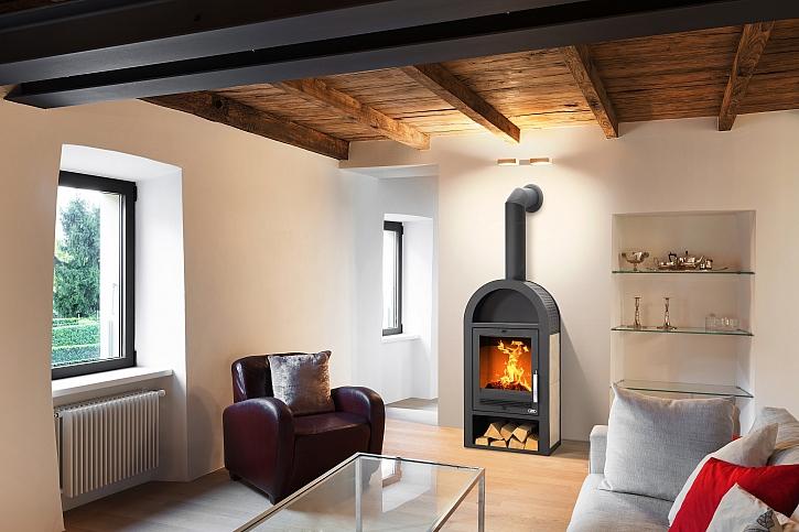 Obývací pokoj s oknem a kamny