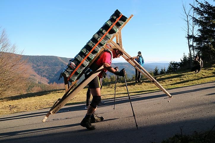 Šerpa vynesl k soše Radegasta rekordní náklad vážící 256 kg (Zdroj: Muzeum rekordů a kuriozit Pelhřimov)