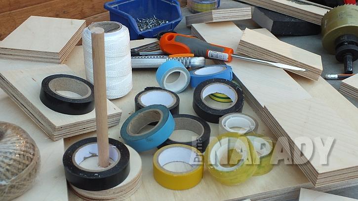 Praktický stojánek na pásky a provázky