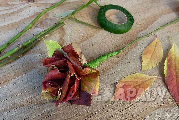 Růže z barevného podzimního listí: připevněte stonek