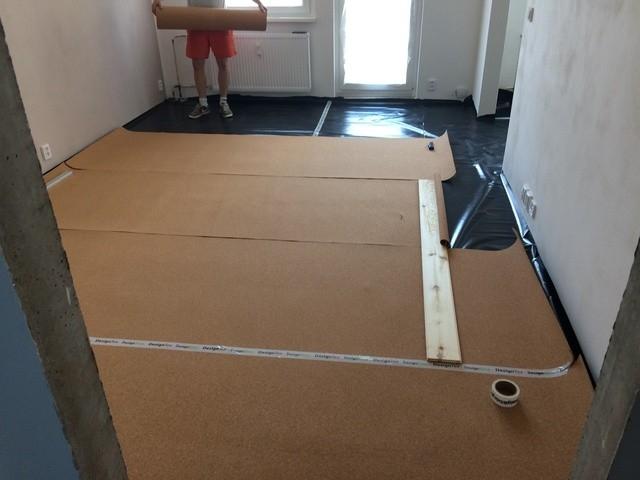 Finální podlahová krytina je kvůli eliminaci hluku a zajištění měkčího došlapu pokládána na korkovou podložku.
