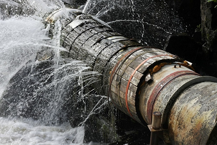 Prasklé vodovodní potrubí způsobuje značné škody a diskomfort pro uživatele