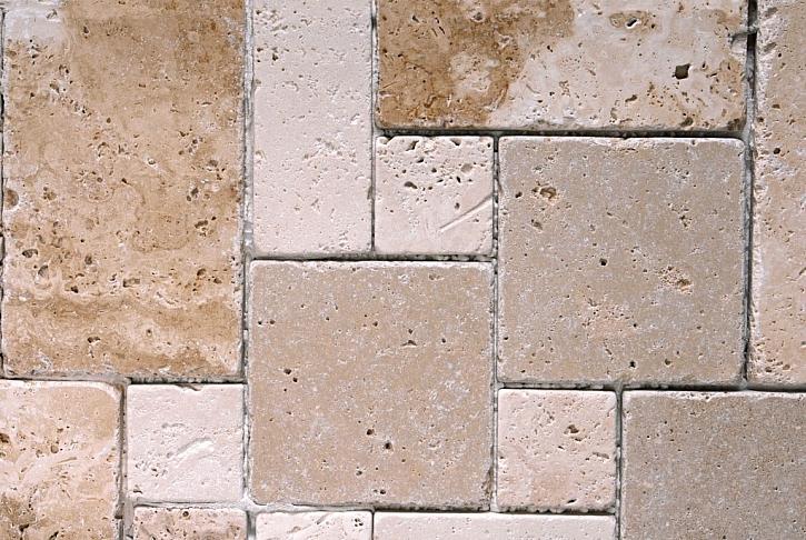 Kostky z travertinu budou jako podlaha v pergole sloužit dokonale. Navíc jejich vzhled je neotřelý a údržba, stejně jako u ostatních kamenů, nenáročná