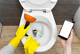 Na ucpaný záchod není potřeba volat řemeslníka, zvládnete to sami