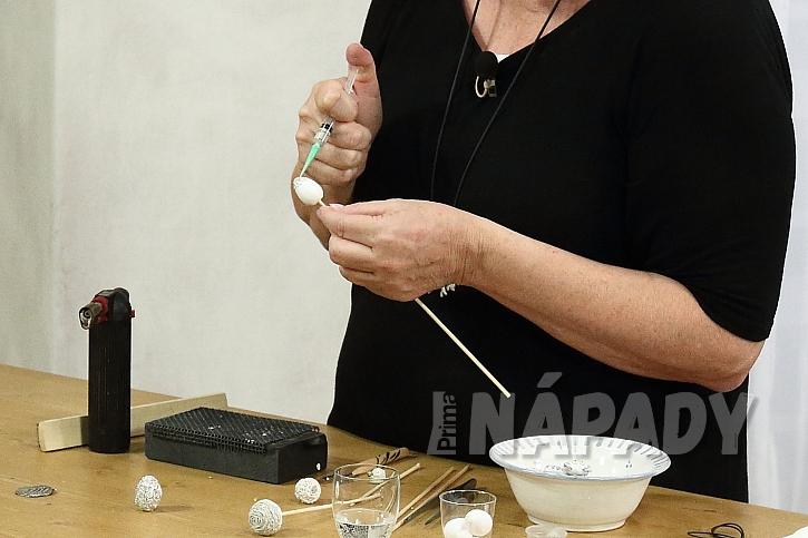 Hmotu nanášíme stříkačkou tak, aby se vlákna vzájemně dotýkala