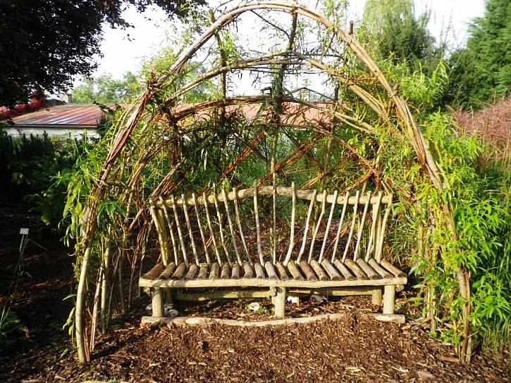 Krásné loubí z vrbových prutů doplněné jednoduchou lavičkou