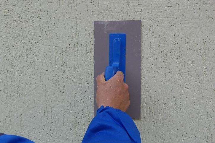 Pastovitá omítka Activcem se dá díky své pružnosti a snadné zpracovatelnosti různými technikami strukturovat.