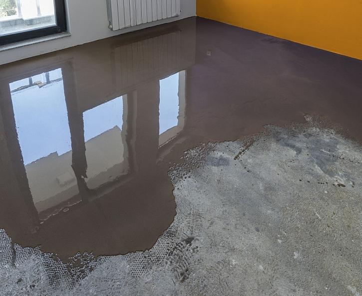 Cementová samonivelační stěrka se používá k dokonalému vyrovnání podkladu před pokládkou podlahové krytiny