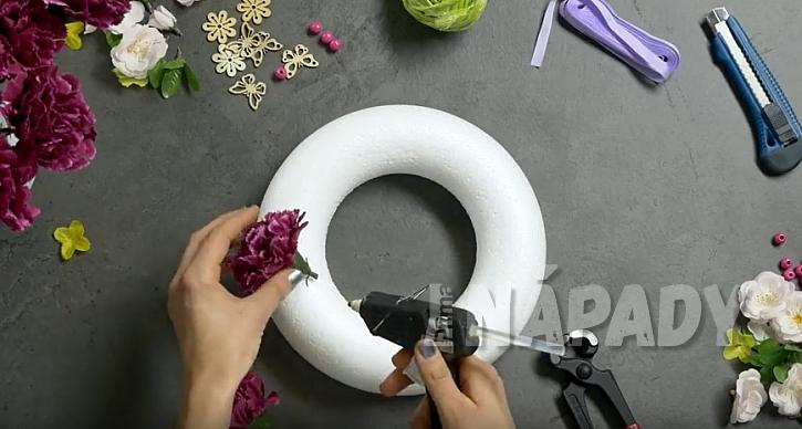 Závěsný ozdobný věnec: nalepte květiny